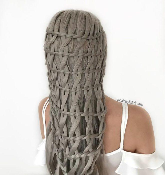 Chica con el cabello con diferentes trenzas colocadas en cascada