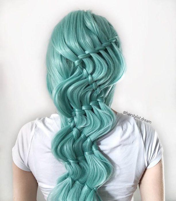 Chica con el cabello trenzado en diferentes cascadas