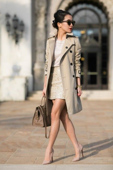 Mujer con vestido blanco, gabardina beige y stilettos beige