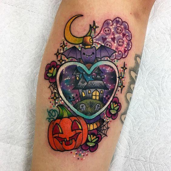 Tatuaje en forma de corazón con diseño de casa embrujada