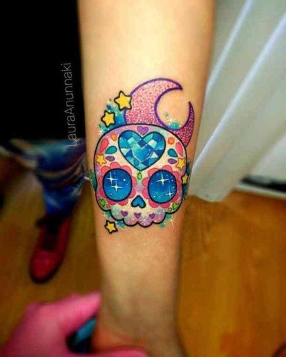 Tatuaje en forma de calaverita de dulce con piedras preciosas