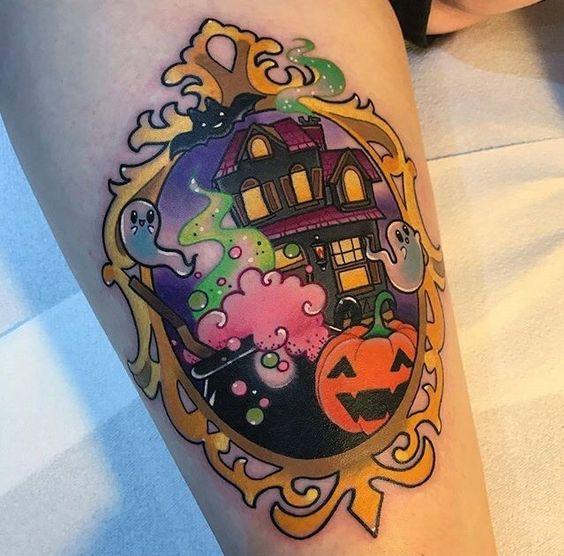 Tatuaje colorido con marco de espejo y casa tenebrosa
