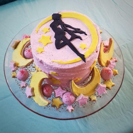 Pastel de cereza decorado con Sailor Moon