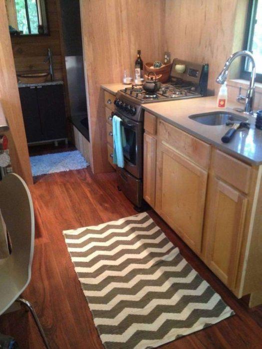 Cocina de una pequeña casa de 14 metros cuadrados