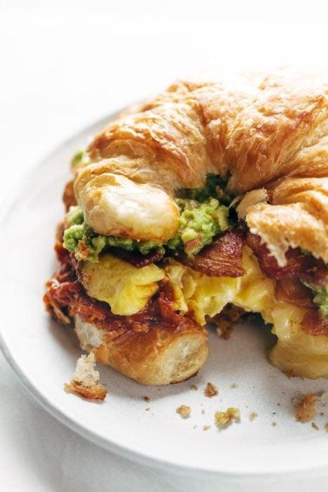 Croissant de huevo y jamón