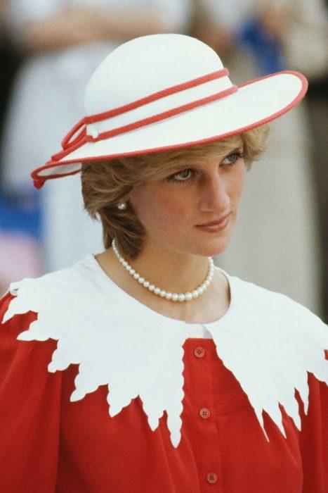 Princesa Diana con suéter rojo y cuello bebé blanco