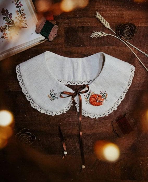 Little pin studio crea bonitos cuellos bordados de Halloween para vestidos y blusas; diseño de flores y zorro dormido sobre tela blanca