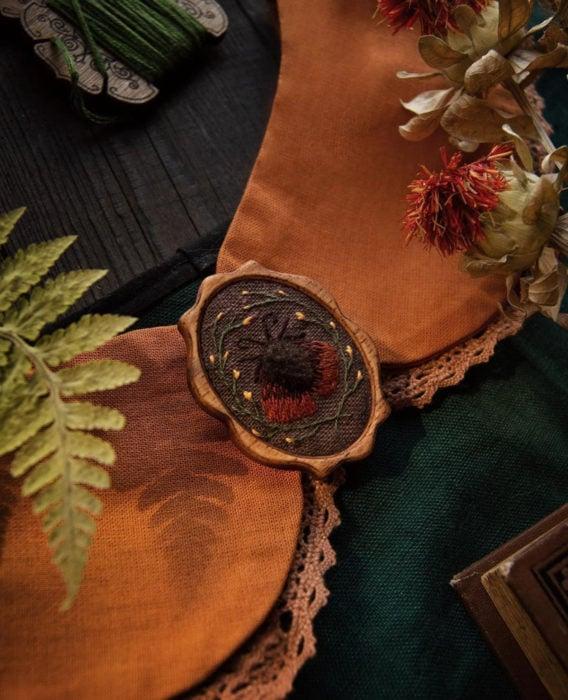 Little pin studio crea bonitos cuellos bordados de Halloween para vestidos y blusas; diseño de polilla sobre tela anaranjada