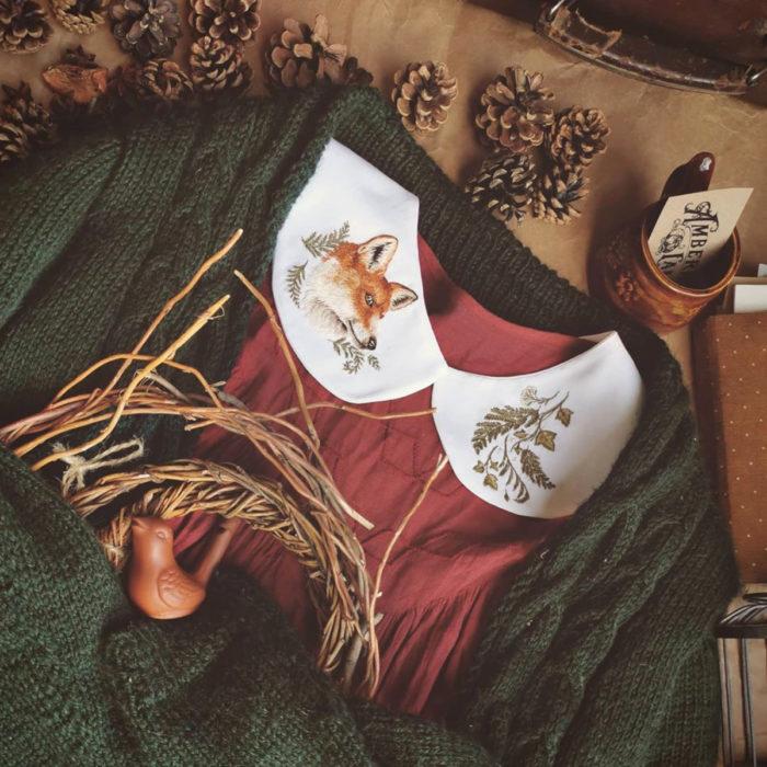 Amberry Lamb crea bonitos cuellos bordados de Halloween para vestidos y blusas; diseño de flores y zorro sobre tela blanca, blusa roja, suéter tejido verde