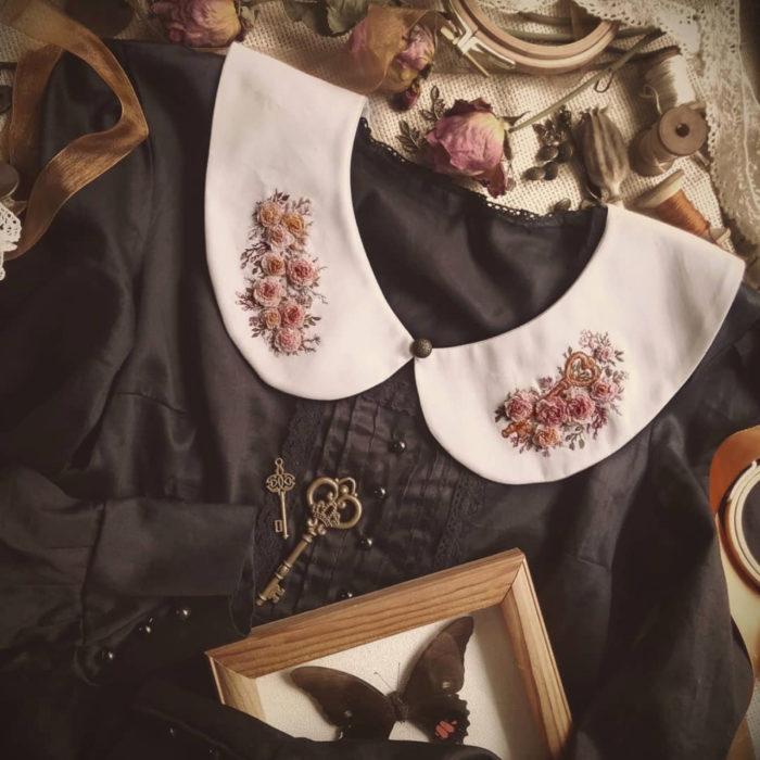 Amberry Lamb crea bonitos cuellos bordados de Halloween para vestidos y blusas; diseños de ramos de flores sobre tela blanca, vestido vintage negro; cuadro con mariposa disecada y llaves antiguas