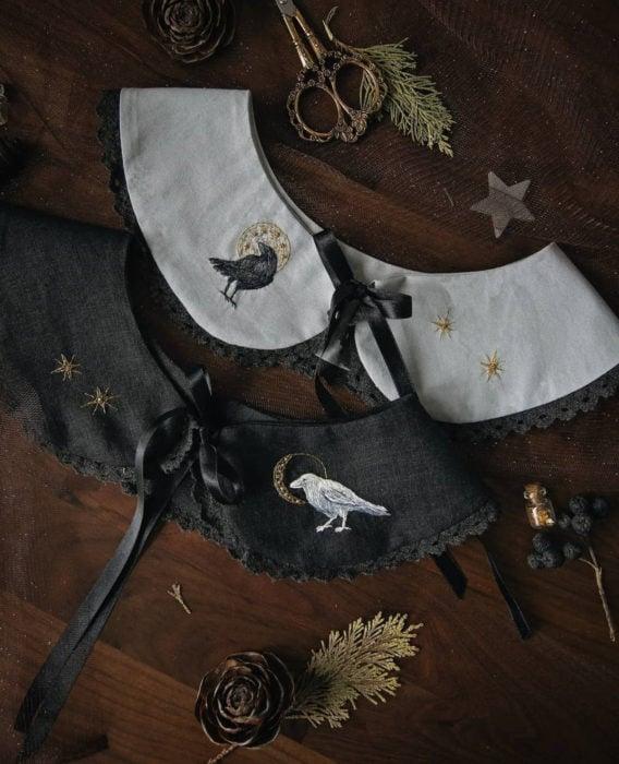 Little pin studio crea bonitos cuellos bordados de Halloween para vestidos y blusas; pequeños cuervos blanco y negro, tijeras vintage