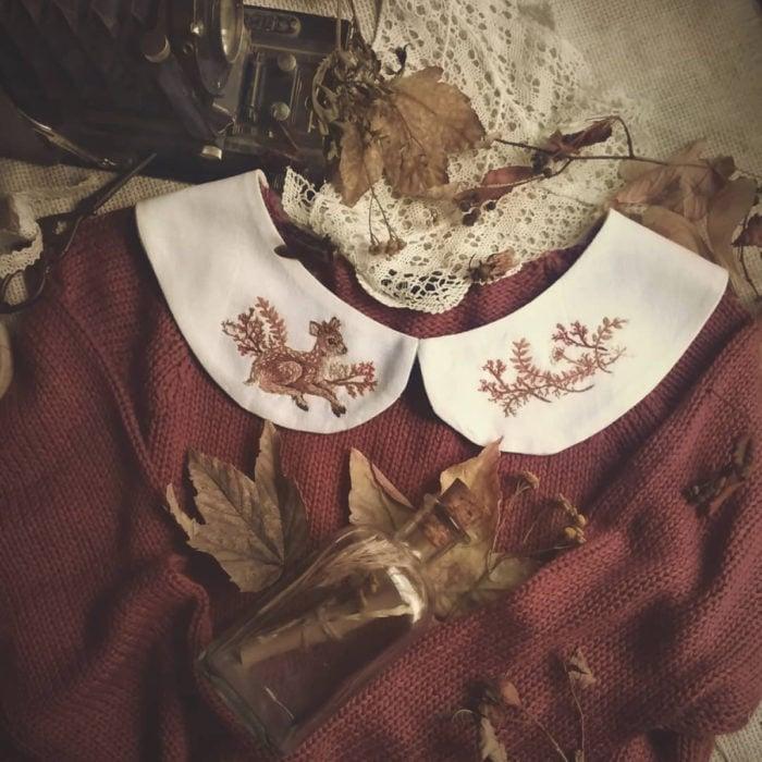 Amberry Lamb crea bonitos cuellos bordados de Halloween para vestidos y blusas; diseño de venado y flores sobre tela blanca, suéter vintage tejido color rojo, hojas secas