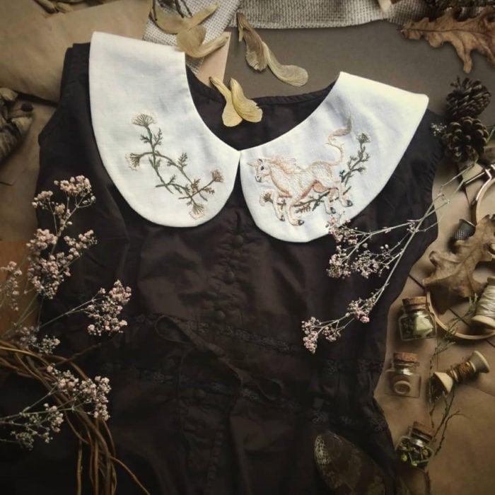 Amberry Lamb crea bonitos cuellos bordados de Halloween para vestidos y blusas; diseño de unicornio y flores sobre tela blanca, vestido vintage color negro