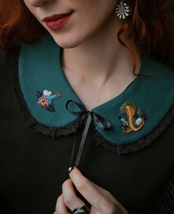 Little pin studio crea bonitos cuellos bordados de Halloween para vestidos y blusas; Diseño de Harry Potter, Slytherin, poción mágica, serpiente, mujer pelirroja sonriendo