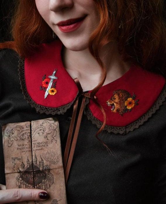 Little pin studio crea bonitos cuellos bordados de Halloween para vestidos y blusas; diseño de Gryffindor, espada, flores, león sobre tela roja; mujer pelirroja sosteniendo mapa del merodeador