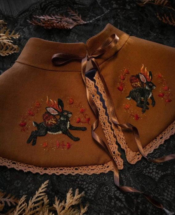 Little pin studio crea bonitos cuellos bordados de Halloween para vestidos y blusas; diseño de conejos con alas sobre tela café