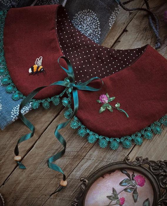 Little pin studio crea bonitos cuellos bordados de Halloween para vestidos y blusas; diseño de abeja y flor sobre tela roja con moño verde