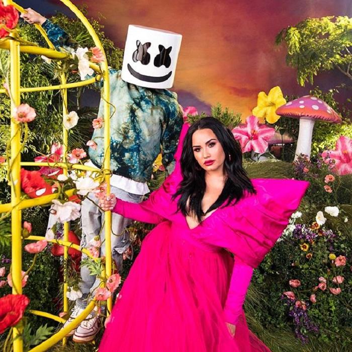 Demi Lovato y Marshmello posando para publicidad de su sencillo