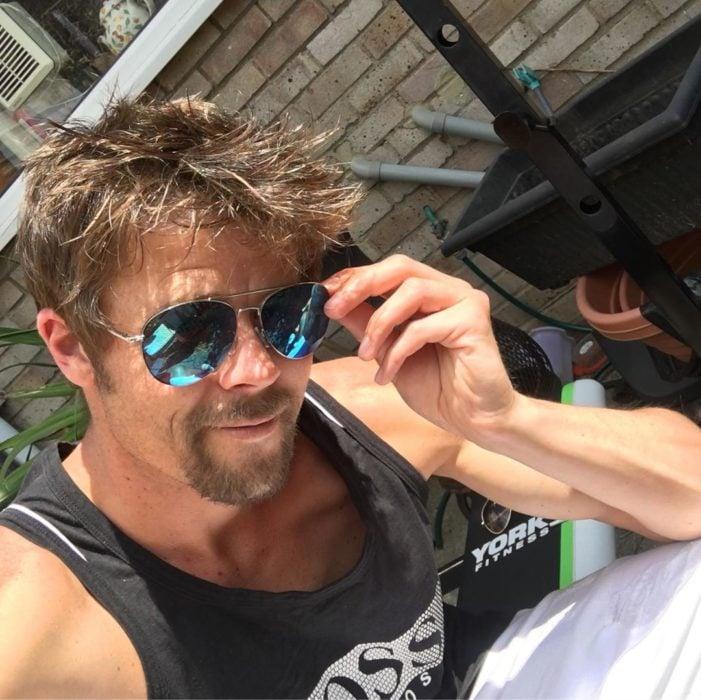 Nathan Meads doble de Brad Pitt tomándose una selfie
