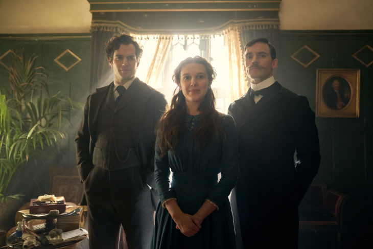 Foto promocional de la película Enola Holmes en la que aparecen Enola, Sherlock y Mycroft Holmes