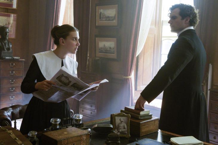 Escena de la película Enola Holmes en la que aparece Enola con su hermano Sherlock