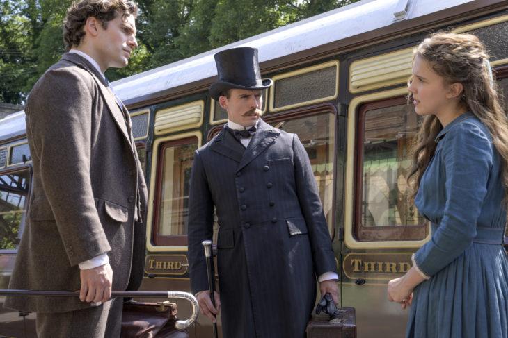Escena de la película Enola Holmes, en la que Enola recoge a sus hermanos en la estación de tren