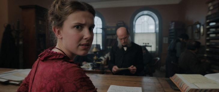 Escena de la película Enola Holmes, en la que aparece Enola mirando hacía la cámara