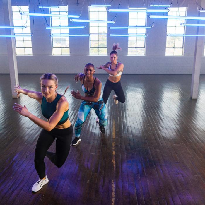 Mujeres haciendo ejercicio para pierna con sus tenis Reebok