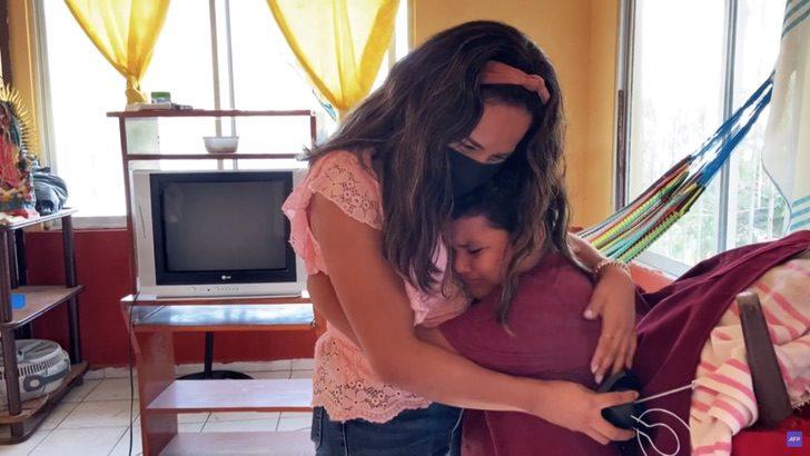 Jésus abrazando a Eliana después de que le entregara su televisor