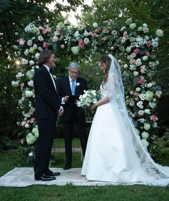 Elizabeth Gillies y Michael Corcoan durante su boda