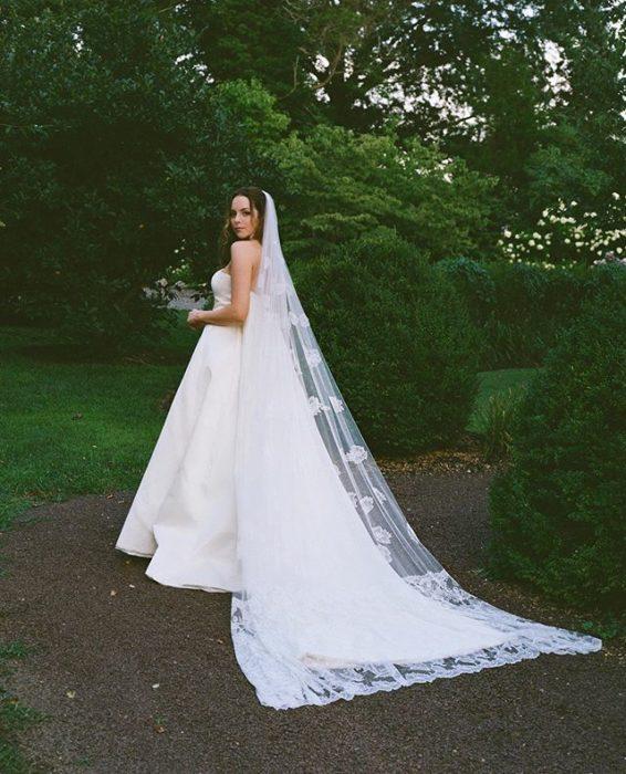 Elizabeth Gillies usando un vestido de novia