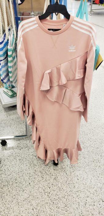 Vestido de color rosa con un olanes