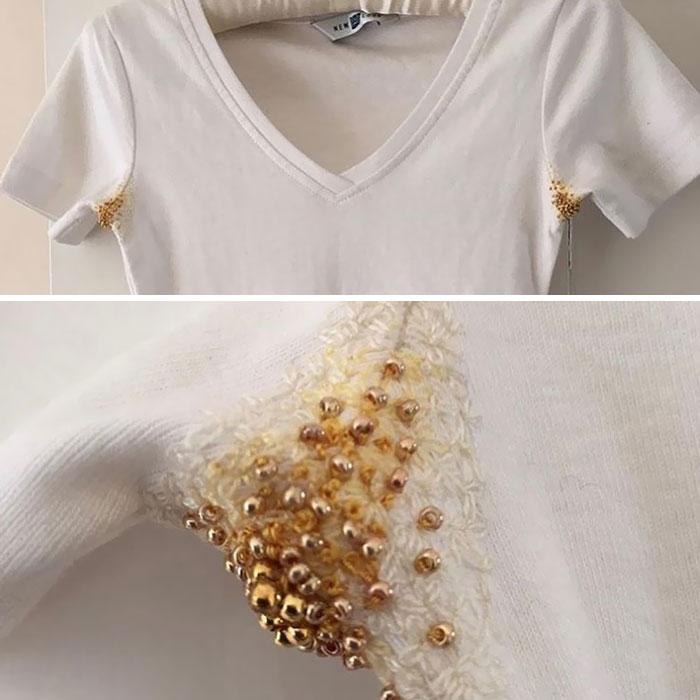 Camisa de color blanco con perlas de color amarillo en las axilas