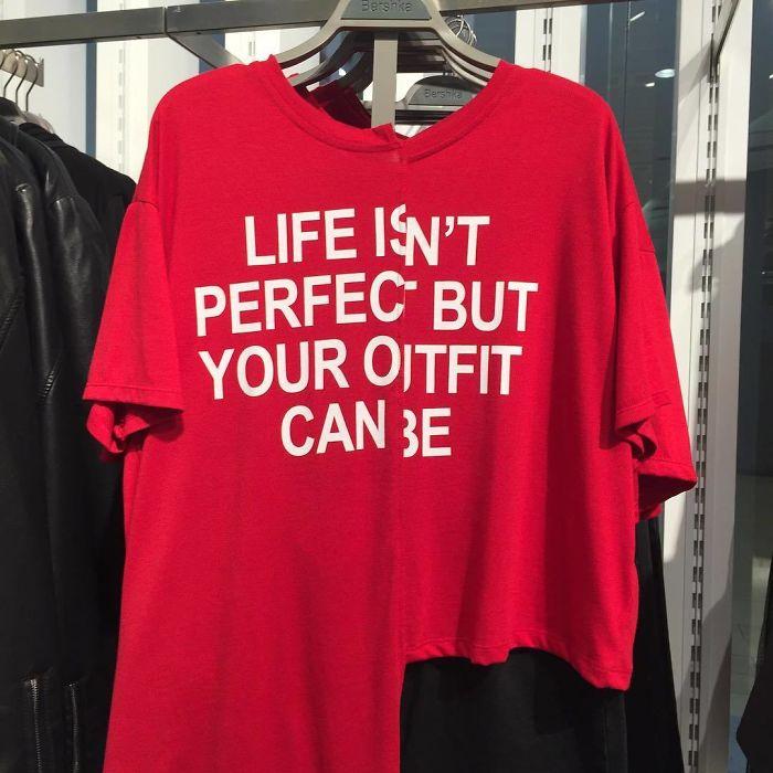 Camisa con un error en la impresión y el más larga de un lado que de otro