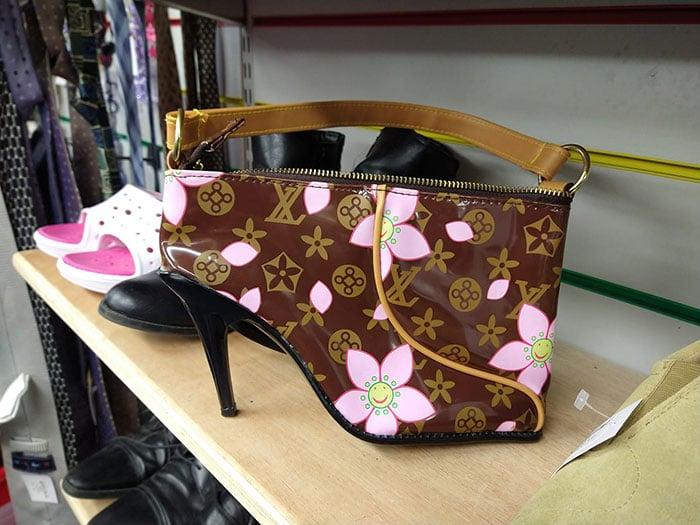 Diseño de bolsa con forma de zapato y estampado en color café con rosa