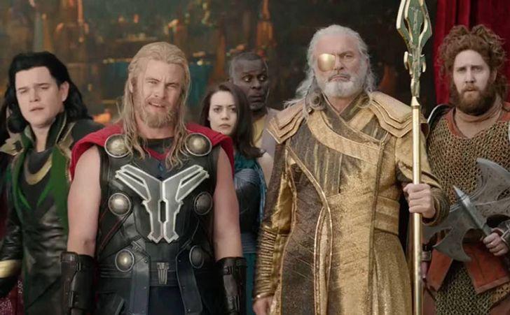 Escena de la película Thor: Ragnarok en la que aparecen Matt Damon y el hermano de Chris Hemsworth