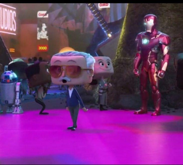 Escena de la película Ralph: Wifi en la que aparece Ironman junto a Stan lee