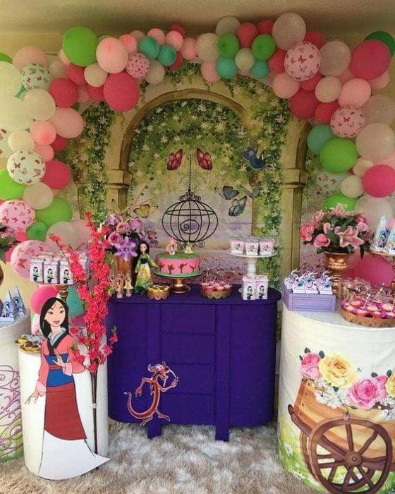 Mesa de dulces con temática de Mulán