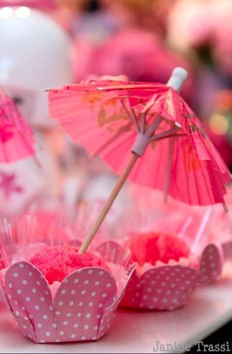 Pastelillo con decoración de sombrilla estilo mulán