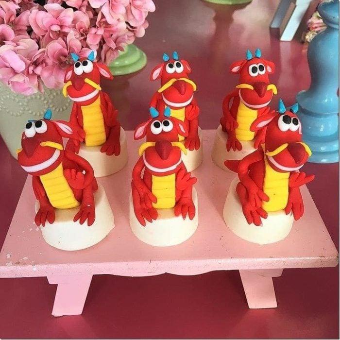 Cupcakes con temática de mushu de mulán