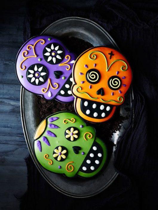 Galletas de mantequilla con decoración de Halloween en forma de calaveras