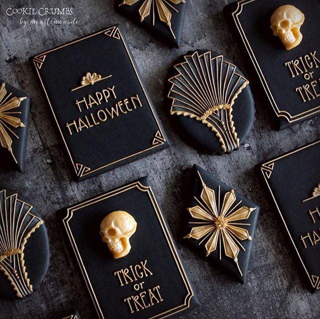 Galletas de mantequilla con decoración de Halloween en forma de obituarios