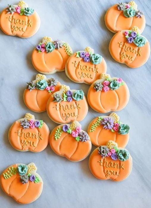 Galletas de mantequilla con decoración de Halloween en forma de calabacitas