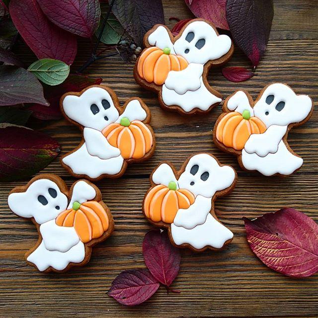 Galletas de mantequilla con decoración de Halloween en forma de fantasmas