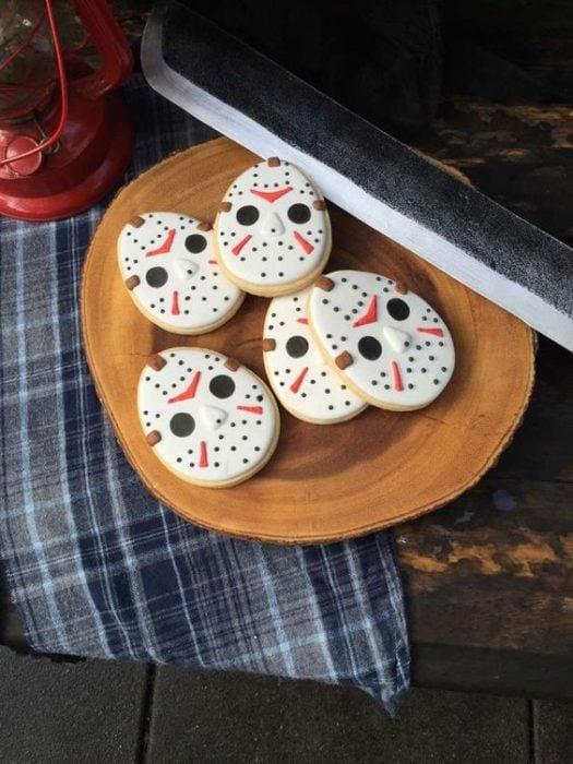 Galletas de mantequilla con decoración de Halloween en forma de Jason