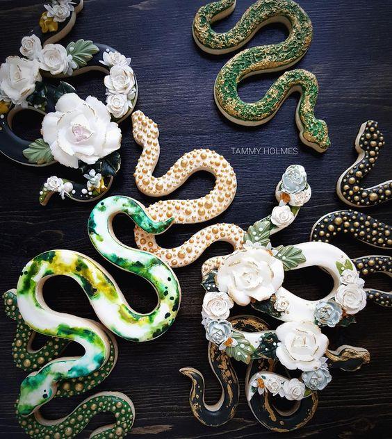 Galletas de mantequilla con decoración de Halloween en forma de serpientes