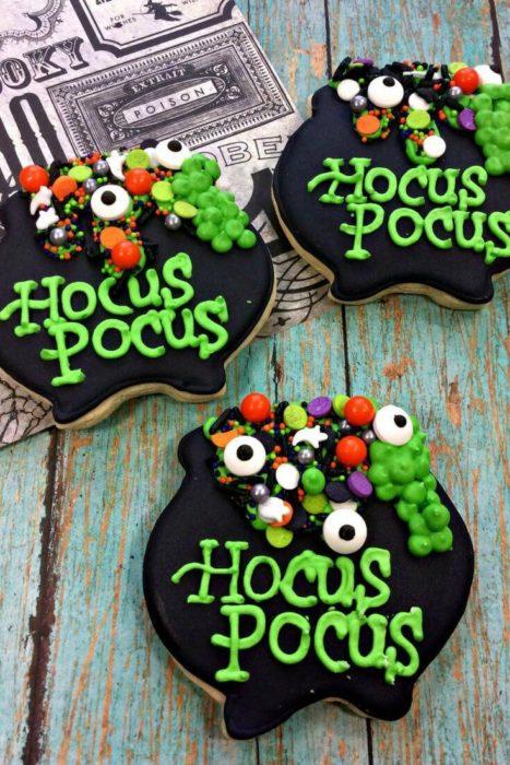 Galletas de mantequilla con decoración de Halloween en forma de caldero de bruja