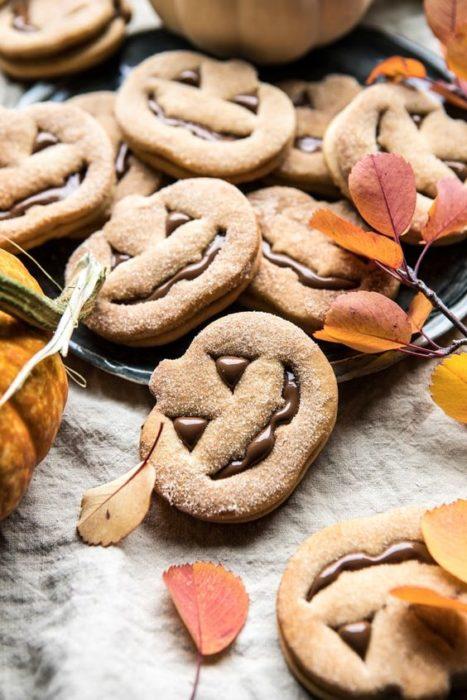 Galletas de mantequilla con decoración de Halloween en forma de calabazas