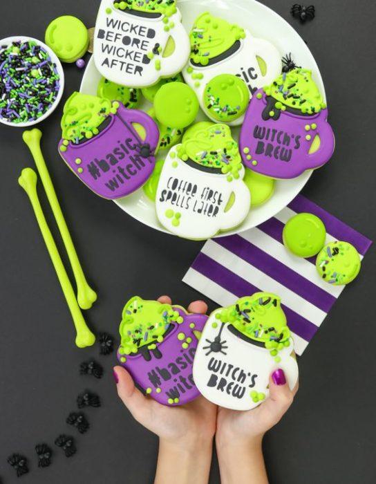 Galletas de mantequilla con decoración de Halloween en forma de tazas mágicas