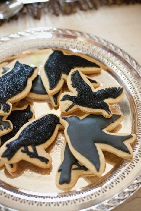 Galletas de mantequilla con decoración de Halloween en forma de cuervos